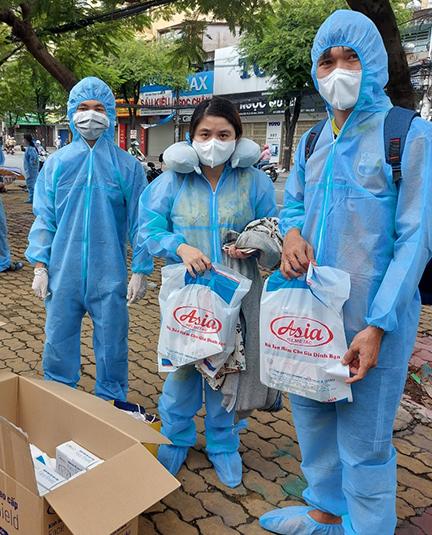 Công ty mũ bảo hiểm Á Châu chung tay mang tới những chuyến xe đón đồng bào Quảng Nam về quê an toàn.
